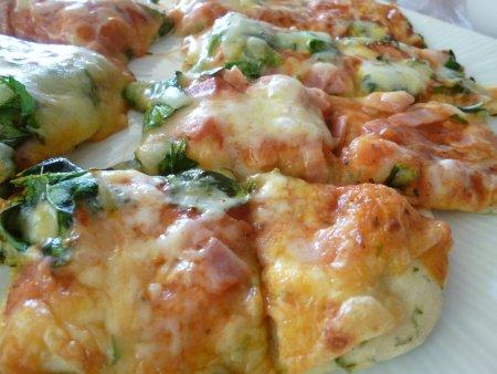 ほうれん草とベーコンのピザ