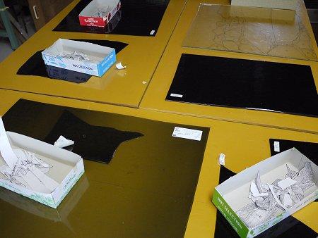 グレーのガラスを並べて、型紙でけがきをしていきます
