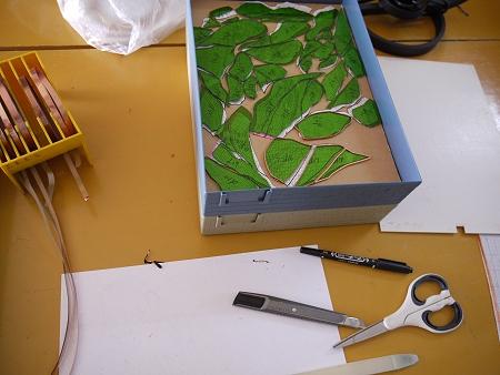けやきのステンドグラスは、ピースの周りに銅テープを巻いている最中