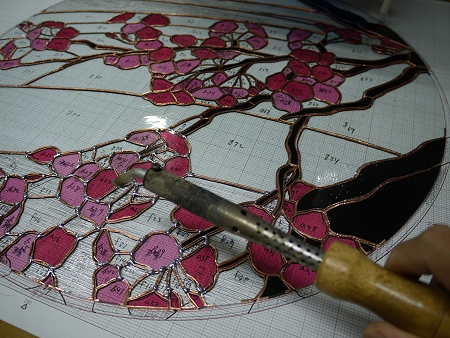 桜のステンドグラス「染井吉野」のハンダ作業