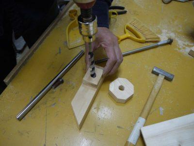 木片に孔を開けて、軸受けを作ります
