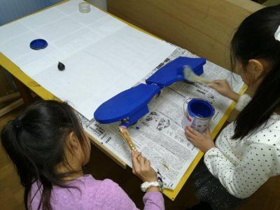 まずジグソーを使ってひょうたん形にカットし、子供たちに塗装させました。