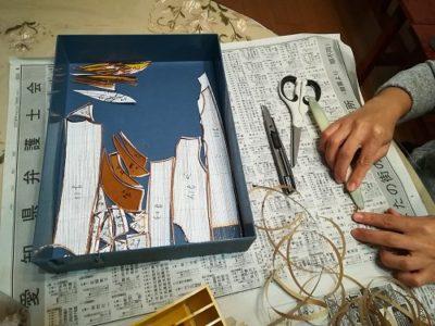 ガラスピース1個1個に、切断面を包むように銅テープを巻く