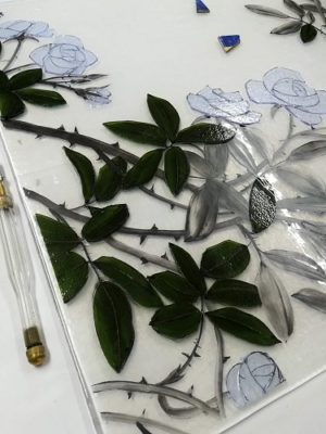 オリーブグリーンの薄板ガラスで、薔薇Aの葉っぱを作っています。
