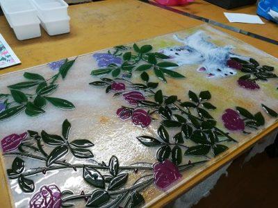 1枚目、焼き上がり。クリアだった花のガラスが、鮮やかなピンクに変わりました。