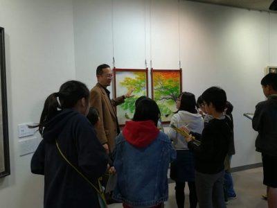 うしく現代美術展の小学校鑑賞会での一コマ。
