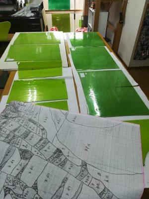 ランバーツのグリーンガラスを並べ、材料取りの作戦中です。