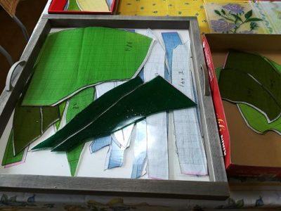 切り終って、周囲の研磨も終わった緑のガラスたち