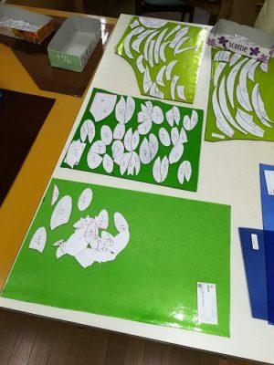 数種類の緑色のガラスを用意。ランバーツ社のアンティークガラスです。