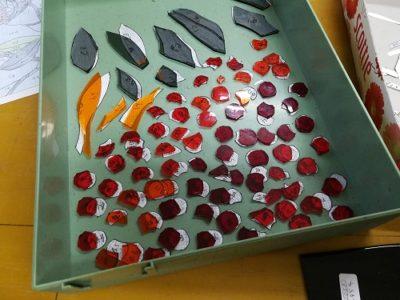 朱赤のガラス数種を使い、ツルウメモドキの実を表現します。