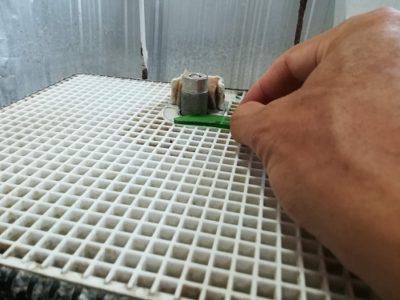 切断した断面のみを、回転する砥石で研磨します
