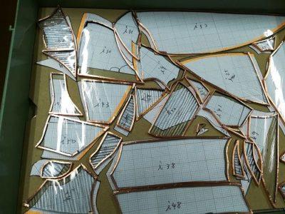 縁に銅テープを巻かれたガラスピース