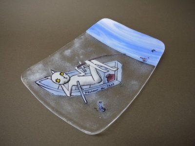 わるのり猫シリーズのフュージング画絵皿「猫の釣り」