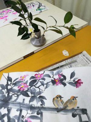 椿の枝を置いて墨画
