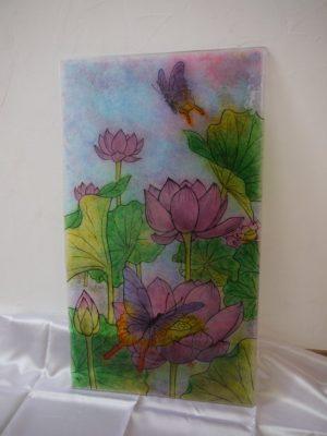 フュージング画「蓮」を白壁の前に置いて撮影