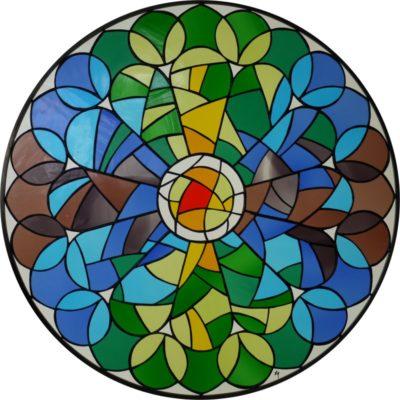 幾何学模様が美しいステンドグラス「薔薇窓」