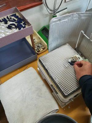 ルーターで、ガラスピースの切断面を研磨