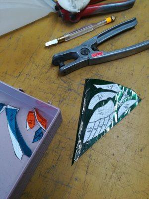 青緑のガラスで、カワセミの翼を作っています
