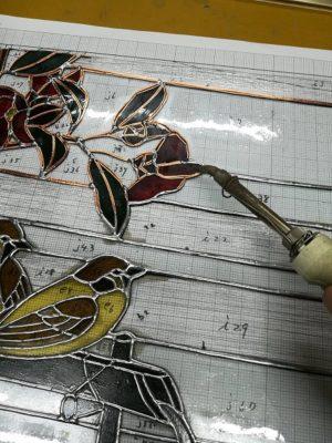 この作品には、椿と二羽の雀が描かれています