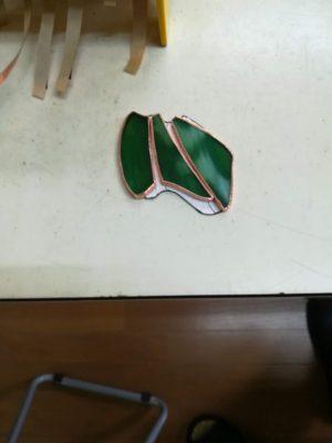 当時と同じガラスがなかったので、近い色のガラスで新ピースを作ります