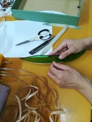 切断したガラスピースに銅テープを巻いています