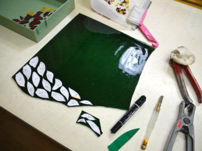フィッシャーのアンティークガラスに型紙をのせて、カットのプランを練っています