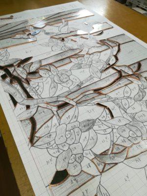 台紙の上に銅テープを巻き終えたピースを並べていきます