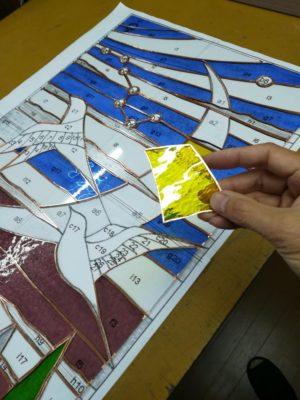 台紙の上にガラスピースを配置しています