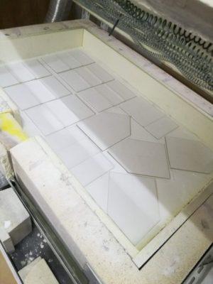 白いガラスパウダーをふりかけてこれから焼成