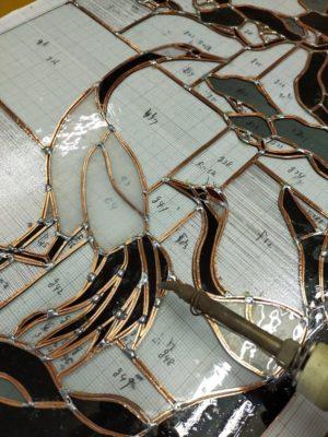 タンチョウの絵柄が映えるステンドグラス