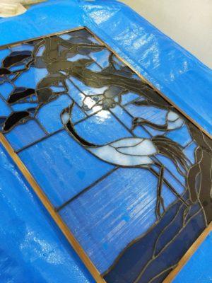 ハンダ線の黒染めが終了したステンドグラス「松と鶴」